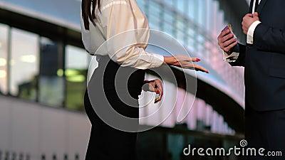 Мужчина, платящая женщине банкноты в евро акции видеоматериалы