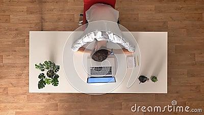 Мужчина работника офиса промежутка времени спать утомленный, верхняя съемка на рабочем месте близко включил компьтер-книжка, бежа видеоматериал