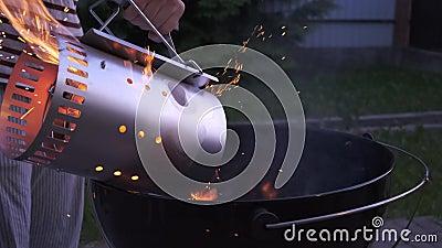 Мужчине нравится барбекю. Много искр и огня закрыть видеоматериал