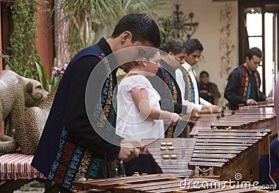Музыканты играя marimba Редакционное Изображение