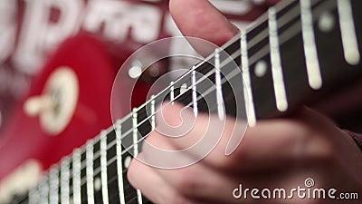 Музыкант утеса с электрической гитарой волнуясь хорда акции видеоматериалы