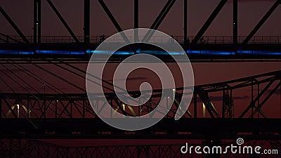 Мульти-цвета света достигли моста Большой Четверки перед рассветом вокруг Луисвилла Кентукки видеоматериал