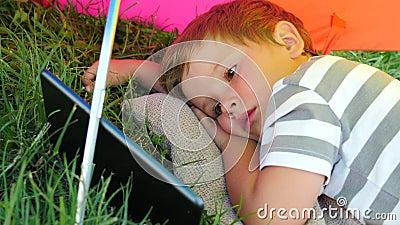 Мультфильмы мальчика наблюдая на смартфоне Устройства и дети сток-видео