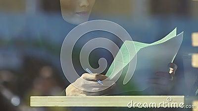 Мусульманский учитель женщины проверяя домашнюю работу студентов, занятость женщин, образование видеоматериал