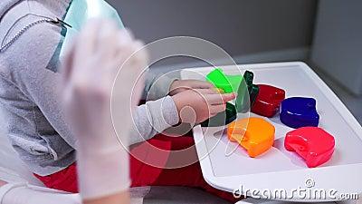 Мы положили расчалки, подготавливаем ребенка для процесса устанавливать расчалки в форме игры акции видеоматериалы