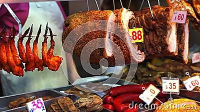 Мясо, висящее на гонконгском рынке, хрустящее свинину видеоматериал