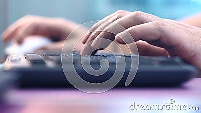 Нажимает компьютерную клавиатуру кавказского мужчины, работает дома, работает на компьютере, внештатно закрывается Выборочная видеоматериал