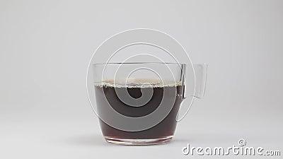 Наливает черный кофе в чашку сток-видео