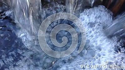 Намочите пропускать в малом водопаде в реке - - с звуком воды падая/пропуская видеоматериал