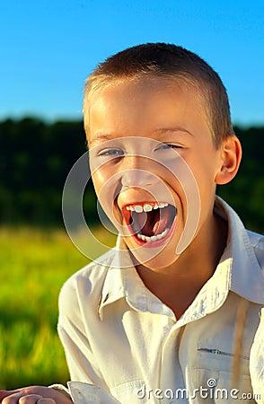 Напольное мальчика кричащее