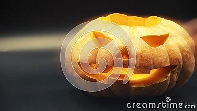 Насосная головка Хэллоуина протянула руки и положила свечи в тыкву концепция хэллоуина и праздников 4K UHD vid акции видеоматериалы