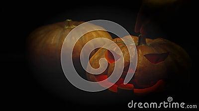 Насосная головка Хэллоуина протянула руки и положила свечи в тыкву концепция хэллоуина и праздников 4K UHD vid видеоматериал
