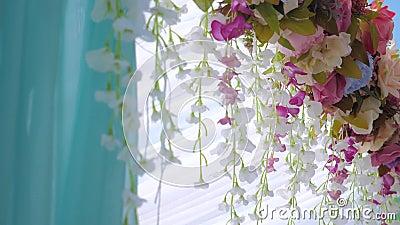 На свадебную церемонию Фабрики, декор цветов, лепестки цвета Фучсии сток-видео