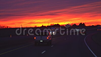 На шоссе ночью, с небольшим трафиком после захода солнца сток-видео