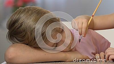 Небольшая картина на стороне спать мальчика, счастливое детство сестры, смешная проказа видеоматериал