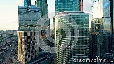 Небоскребы и затор движения офиса в современном финансовом районе в часе пик видеоматериал