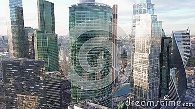 Небоскребы и затор движения офиса в финансовом районе в часе пик сток-видео