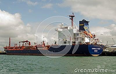 Нефтяной танкер Cumbrian Fisher, Портсмут Редакционное Изображение