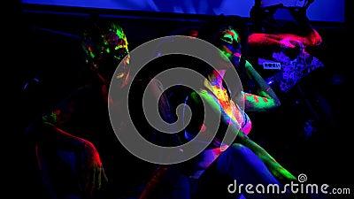 Не сложные девушки с флуоресцентным отпечатком на коже в клубе сток-видео