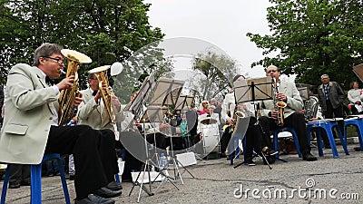 НИКОПОЛЬ, УКРАИНА - МАЙ 2019: Оркестр играет военные песни для пожилых людей на улице Праздник 9-ое мая, день победы видеоматериал
