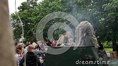 НИКОПОЛЬ, УКРАИНА - 9-ОЕ МАЯ 2019: Украинские войска варят кашу солдат и обрабатывают людей к ним на параде в честь Vic акции видеоматериалы