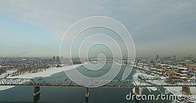 НОВОСИБИРСК, РОССИЯ - 22-ое ноября 2016: Мост через Обь сток-видео
