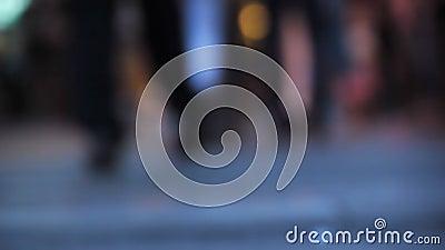 Ноги пешеходов идя в город видеоматериал