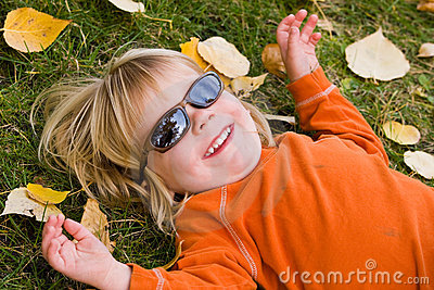 носить солнечных очков мальчика