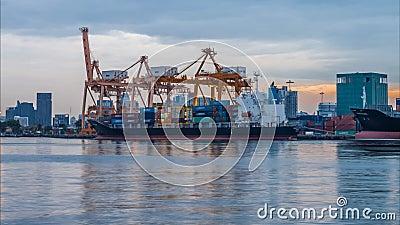Ноча к дню корабля перевозки груза контейнера с работая мостом крана в верфи видеоматериал