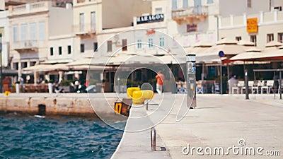 Обваловка набережной европейского курортного города с проходить автомобили и самокат сток-видео