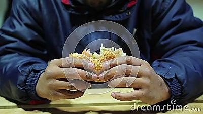 Обедающий для бездомные как Бургер еды человека вкусный но наварный Быстро-приготовленное питание холестерол сток-видео