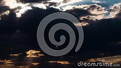 Облака вечера быстроподвижные прочь и свертывающ к темноте Драматическое cloudscape грозы с большими, строя облаками видеоматериал