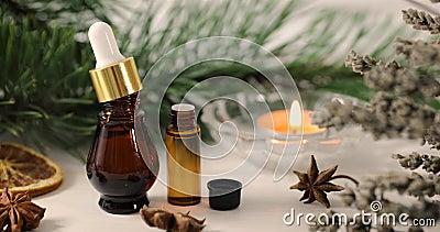 Обработка ароматерапии - бутылки эфирного масла с травами и свечой сток-видео