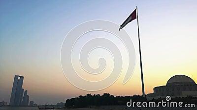 Объединенные эмираты сигнализируют развевать на заходе солнца в городе Абу-Даби видеоматериал