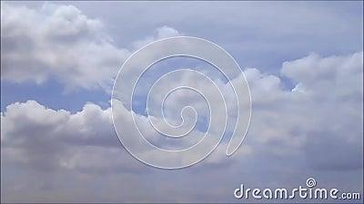 Облака в отснятом видеоматериале голубого неба акции видеоматериалы