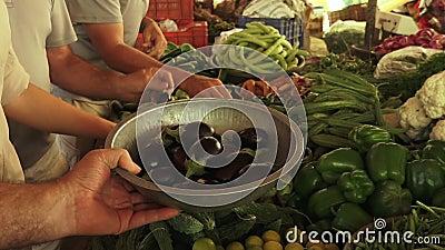 Овощи положили дальше дисплей сток-видео