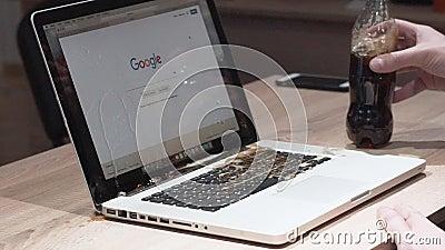 Одесса, Украина - 11-ое ноября 2018 Человек неточно полил колу на ноутбуке macbook Лить жидкость в ПК ноутбука сломали акции видеоматериалы