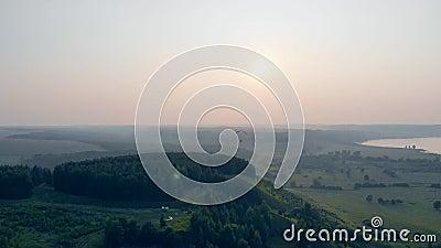 Один человек летает с полем, высоко в небе, над полями Параплан в небе акции видеоматериалы