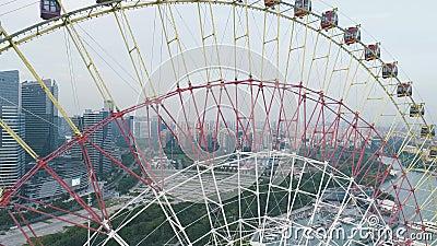 19-ое сентября 2018 Город Сучжоу, Китай Воздушный взгляд трутня над колесом Ferris на заходе солнца сток-видео