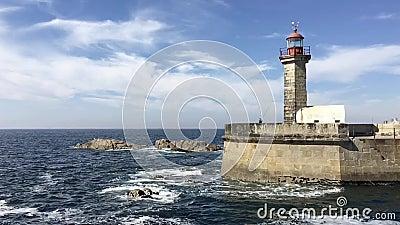 океанский маяк, волны, голубое облачное небо, солнечный день акции видеоматериалы