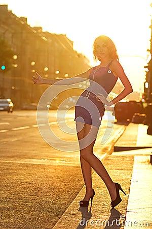 оклича женщина таксомотора