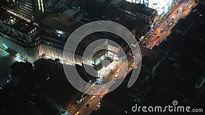 Осмотрите сверху на движении города ночи автомобили двигают вдоль дороги тема иллюстрации делового центра зодчества акции видеоматериалы