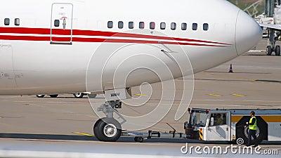 Отбуксировка Боинга 747 полета Объединенных эмиратов королевская видеоматериал