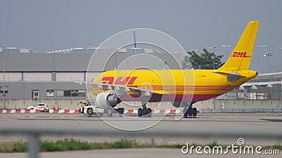 Отбуксировка airfreighter аэробуса 310 акции видеоматериалы