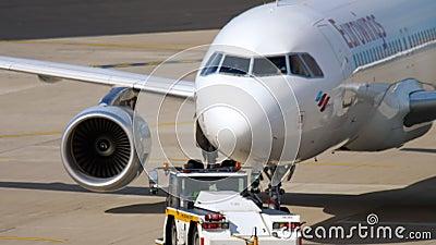 Отбуксировка Eurowings аэробуса 320 сток-видео
