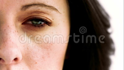 Отверстие женщины в замедленном движении ее глаз с камерой внутрь акции видеоматериалы