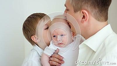 Отец и сын целуют самый молодой член видеоматериал