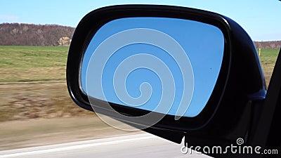 Отражение солнечной дороги осени на mirrow стороны автомобиля сток-видео