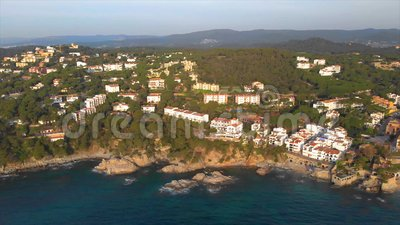 Отснятый видеоматериал трутня над Костой Brava прибрежным, небольшой деревней Calella de Palafrugell Испании акции видеоматериалы
