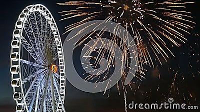 отснятый видеоматериал 4K гигантского колеса ferris с красочным фестивалем фейерверка в небе для предпосылки торжества вечером видеоматериал